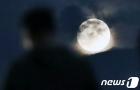 구름 위로 얼굴 내민 한가위 보름달