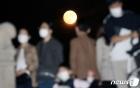 코로나 시대 불 밝힌 한가위 보름달