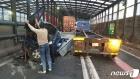 부산 동서고가도로서 트레일러·트럭 3중 추돌사고…1명 부상