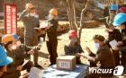 北 피해복구 전투장에서 '위문 편지' 읽고 있는 당원들