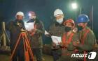 '위문 편지' 읽고 있는 수해 복구장 北 당원들