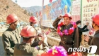 수해 복구장에서 성과 낸 수도 당원 격려하는 북한
