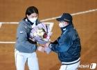 '1500경기 출전 축하' 꽃다발 받는 오재원