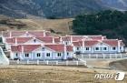 수해 입었던 북한 검덕지구에 새로 지어진 살림집들