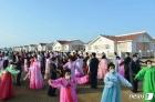 수해 복구 기쁨에 춤추는 북한 검덕지구 주민들