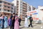 북한 검덕지구 주민들, 새로 지어진 살림집 향해 발걸음