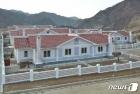 수해 입었던 북한 검덕지구에 새로 지어진 단층 살림집들