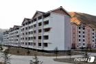수해 복구 마친 뒤 새로 지어진 북한 검덕지구의 다층 살림집