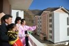 새로 지어진 살림집 둘러보는 북한 검덕지구 주민들