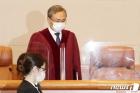 대심판정 들어서는 유남석 헌법재판소장