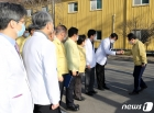 국립중앙의료원장과 인사나누는 정세균 총리