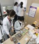화이자 백신 접종 준비하는 의료진