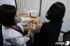 화이자 백신 접종하는 의료진