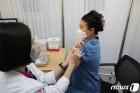 화이자 백신 접종 받는 의료진