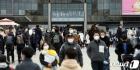 마스크 착용하고 봄나들이 즐기는 시민들
