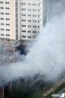 아파트 단지 뒤덮는 화재 연기