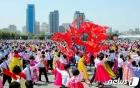 태양절 맞아 무도회 벌이는 북한 청년학생들