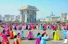 김일성 생일 맞아 경축 무도회 펼치는 북한 여맹