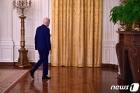 러시아 제재 발표 연설 마치고 떠나는 바이든