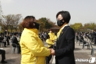 유가족 손잡은 강은미 원내대표