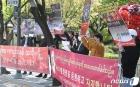 '군부 쿠데타 반대 외치는 미얀마 청년들'