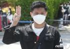 '미얀마 군부 쿠데타 항의하는 세손가락 경례'