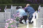 '4·19 민주묘지 참배하는 시민들'