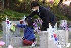 '4·19 민주묘지 찾은 유가족'
