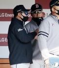 정재훈 투수코치와 대화 나누는 김태형 감독