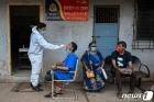 노년층 걸렸던 코로나19, 이제 인도선 젊은층 강타…왜?