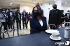 '시민권 운동 어머니' 로자 파크스 의자 앉은 해리스
