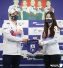 믹스더블 김지윤에게 기념품 전달하는 김용빈 회장