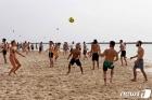 '노 마스크'로 해변서 공놀이하는 이스라엘인들