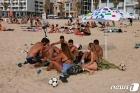 '노마스크'로 해변서 일광욕 즐기는 이스라엘인들