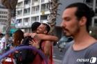 '노 마스크'로 포옹하는 이스라엘 젊은이들