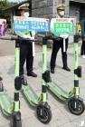 '안전한 전동킥보드 이용문화 캠페인 펼치는 경찰관'