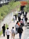 초여름 하늘 아래 산책하는 시민들