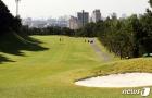 골프공 날아와 11층 유리창 '와장창'…아파트단지 10여m 골프장 '주민불안'