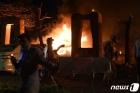 차량 폭탄 테러로 불 타는 파키스탄 호텔
