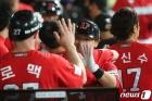 SSG 최주환 '홈런 축하'
