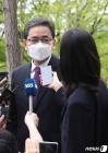 취재진의 질문에 답하는 곽상도 의원