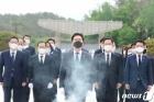 """김기현, 5·18 묘비 어루만지며 눈시울…""""민주영령 뜻 승계, 역사적 책임"""""""