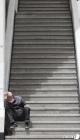 텅 빈 계단에 앉아