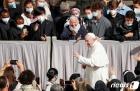 교황, 6개월만 신자들과 대면…300여명과 수요 일반알현