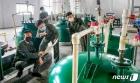 생산 기술 문제 토의하는 북한 3대혁명 소조원들