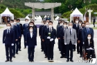 """5·18묘지 참배 與 초선들 """"민생 개혁정치 실현하겠다"""""""