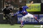 파울 타구 놓치지 않고 잡아내는 삼성 강민호
