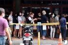 코로나 환자 폭증에 검사소 몰린 대만인들