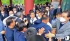 항의 속 기념식 참석하는 문흥식 5·18부상자회장
