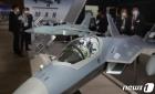 한국형 전투기 살펴보는 관람객들